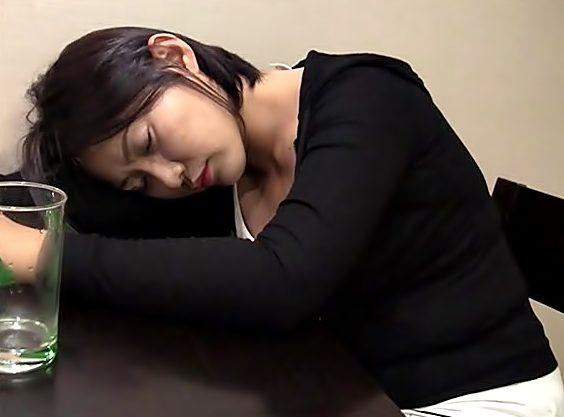 ◇◇泥酔韓国女子。。。セクハラ◇◇お酒で転寝・・・ラッキー。睡眠中を好き放題に悪戯VVVVVVVVVVVVVVVVVVVV