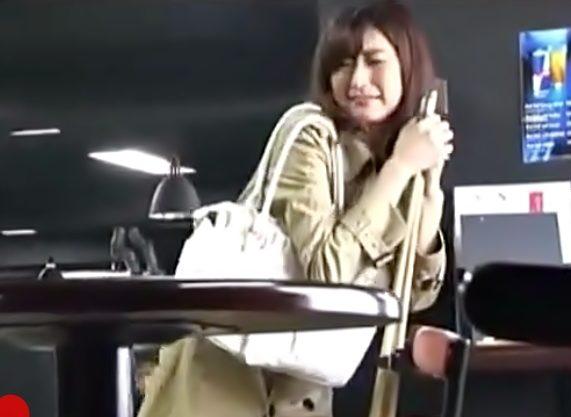 リモバイ…スイッチON(^^♪美人お姉さん公衆の面前でおもちゃイタズラにお漏らししちまう大事故発生wwwww