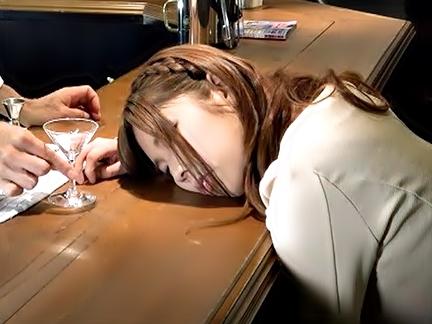 へへへ♡完全にお休みしやがったぜ(^^♪鬼畜野郎が睡眠薬入りアルコールでをぶち込んみ汚しちまう衝撃動画wwwwww