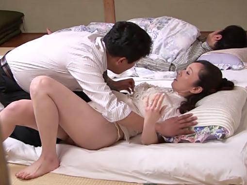 らめれすぅぅ・・・・パパが起きちゃう♡『秋山静香(^^♪』四十路超色っぽい部下奥さまをおバカ上司が貫いちまったwwwww