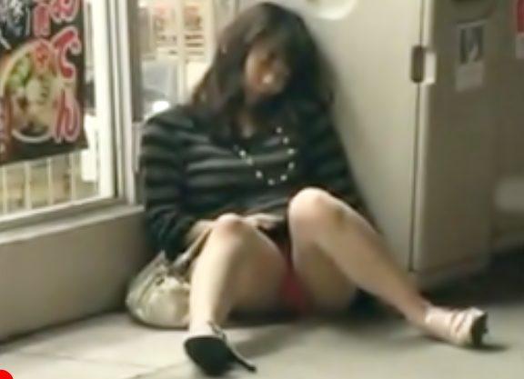 お姉さん・・・逃げてぇぇーー!中出しレイプ(^^♪無防備にコンビニ前で泥酔しちまったギャルが無許可で中出しされちまったwwww