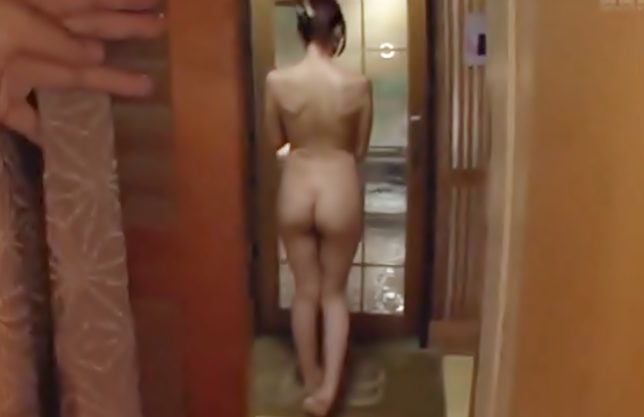 『JULIA(^^♪』エロ杉~~~後ろ姿…勃起しちまったぜ!温泉宿で無防備な巨乳おばさんを超ヤバイやつがつらぬいちまったぁ~wwwww