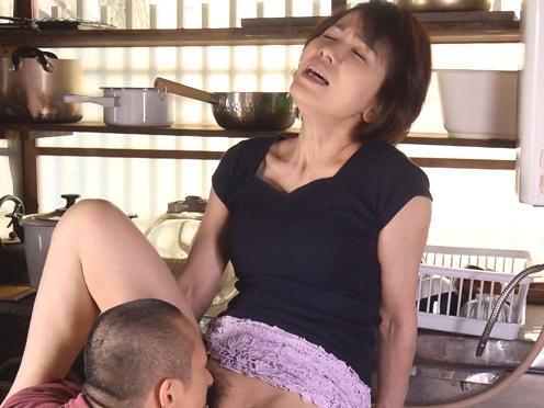 あっぅぅーーーークリトリスもっと吸ってぇ!還暦ママの熟しきったマ◎コを息子の怒涛肉棒がメリメリ貫いちまうぜWWWWWWWW
